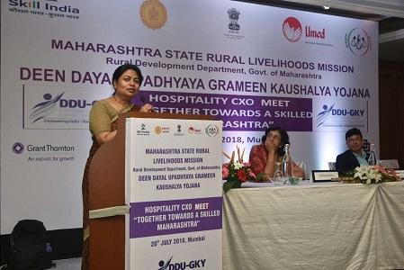 महाराष्ट्र राज्य ग्रामीण जीवनोन्नती अभियानाच्या मुख्य कार्यकारी अधिकारी श्रीमती आर. विमला कौशल्य मेळाव्यात  बोलत असताना
