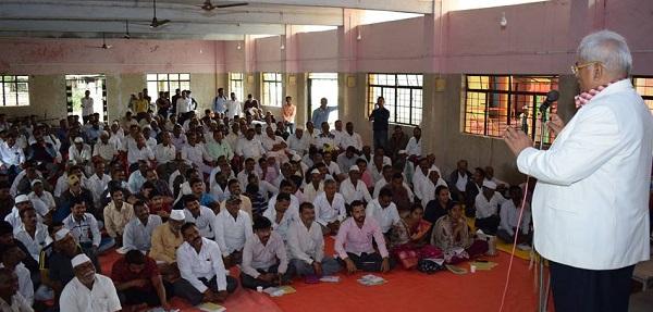 उपस्थित शेतकऱ्यांना मार्गदर्शन करताना डॉ. पांडुरंग मोहिते
