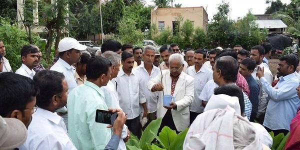 सुत्रकृमीचा वापर करुन हुमणी नियंत्रण करण्याचे प्रात्यक्षिकही करुन दाखविताना डॉ. पांडुरंग मोहिते