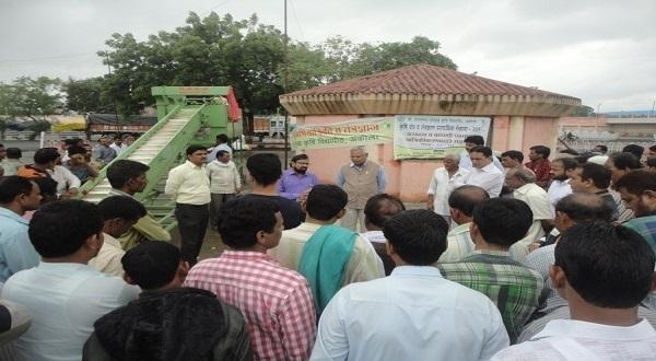 प्रमुख अभियंता डॉ. प्रदीप बोरकर शेतकऱ्यांना कांदा प्रतवारी यंत्राविषयी माहिती देताना